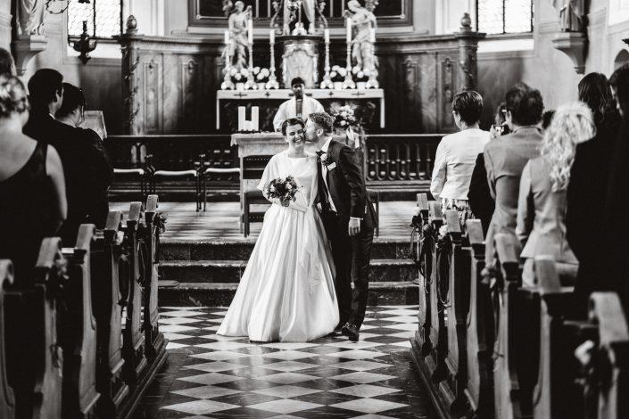 Kirche Kuss Hochzeit